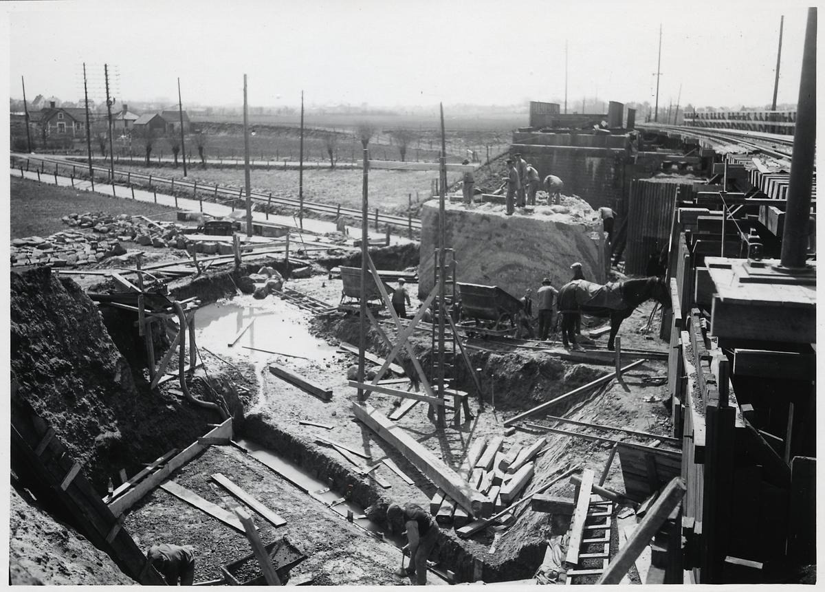 Ombyggnad av viadukten över Malmö Ystads Järnväg, på sträckan mellan Malmö och Trelleborg. Betonggjutning för sula till nya landfästet. Schaktning för grund till pendelbock och rivning av gamla landfästet.