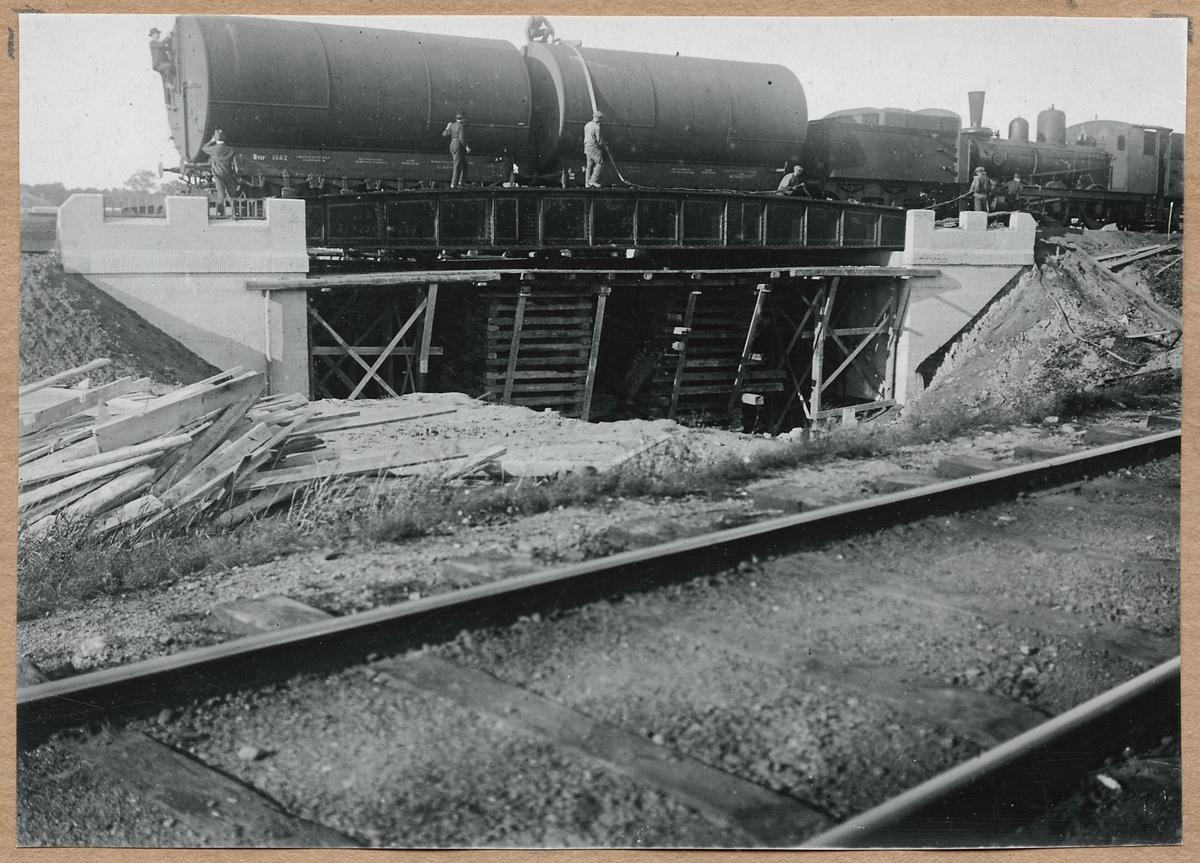 Provbelastning av vägporten 7-8 september 1920 med bland annat tankvagnar och ånglok. Statens Järnvägar, SJ Btcf 1042.