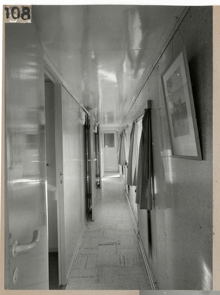 Manskapsvagnens interiör. Gångkorridor.