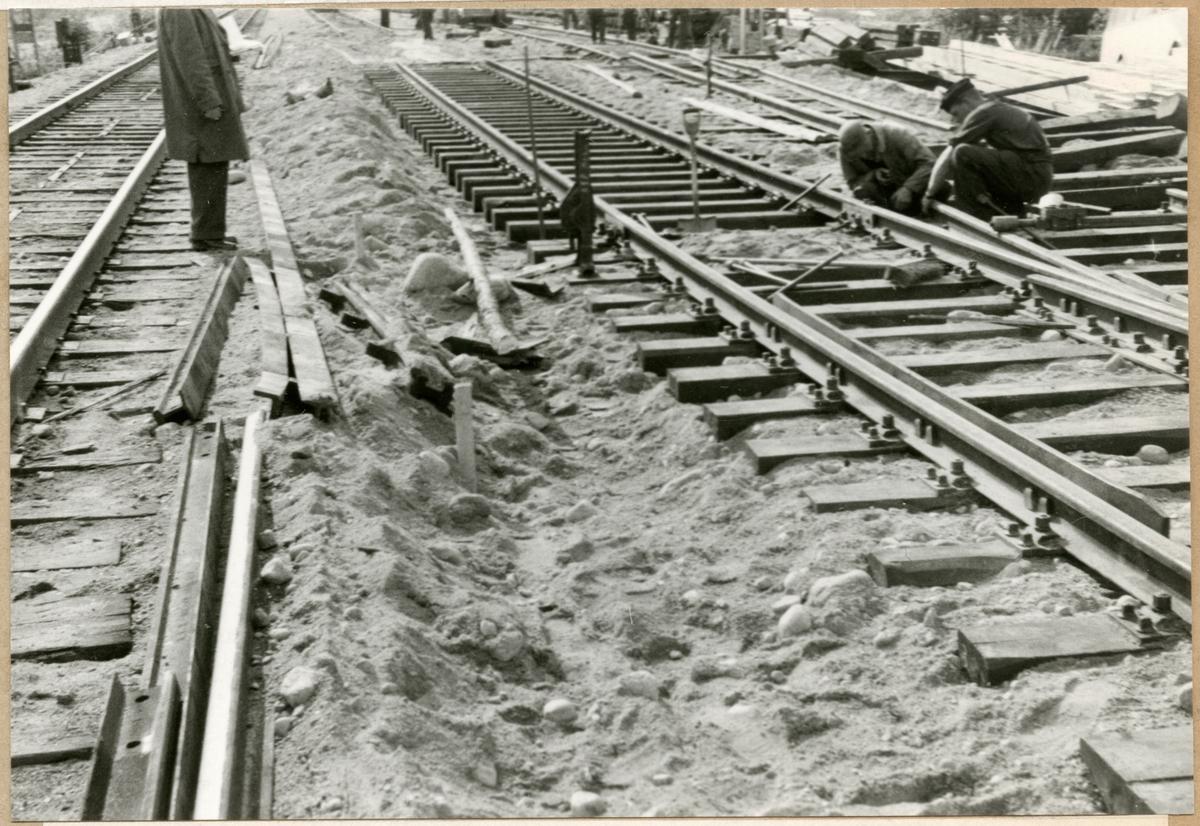 Rälsutbyte med 1924 års räler och Hey-Backbefästning, spår 2 Loster hösten 1957.