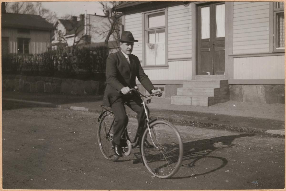 """Fotografi från """"Redogörelse för tillverkning vid Statens Järnvägars protesverkstad i Nässjö"""", 1932. Man med dubbla benproteser på cykel."""