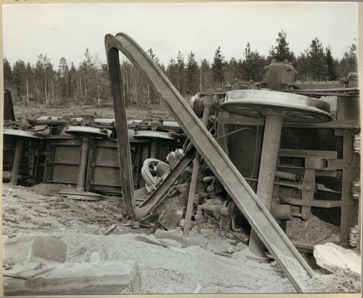 Hjulaxlar tillhörande urspårade malmvagnar vid olyckan i Nattavaara 1953. I förgrunden krökt järnvägsräl.