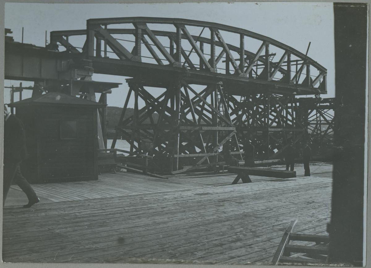 Brobygge över Göta Älv, första spannet under uppläggning.