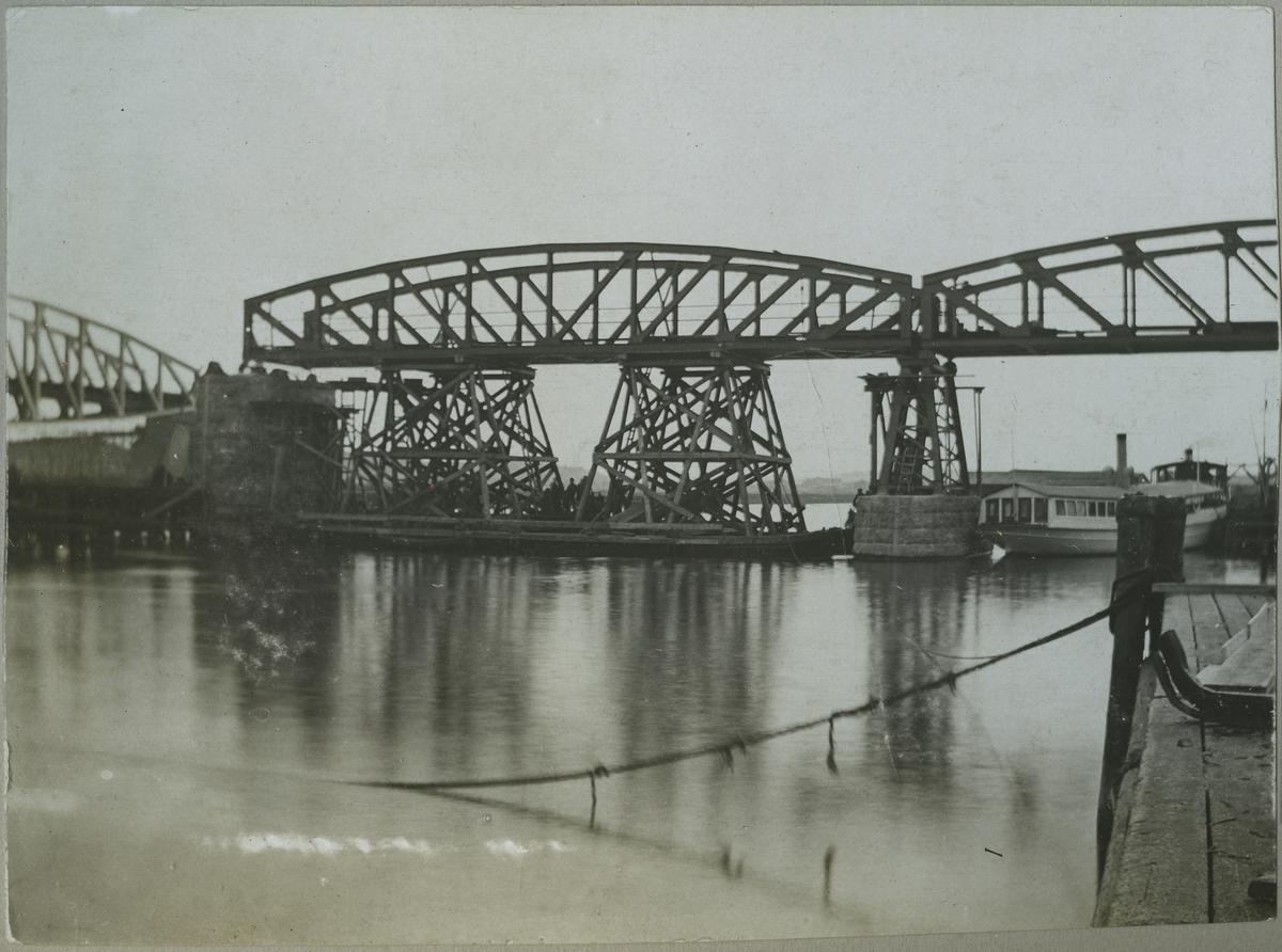 Brobygge över Göta Älv, andra spannet under uppläggning.