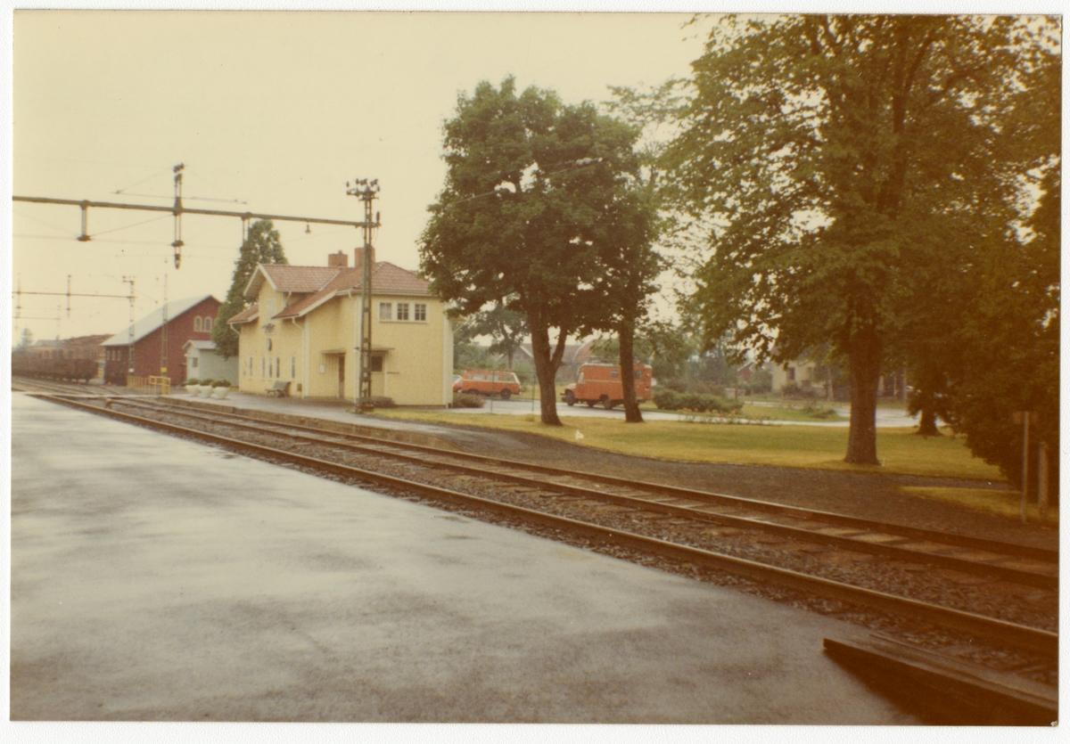Stationen öppnad 1862 - stängd 1988, stationsbyggnad i trä i en och en halv våning.