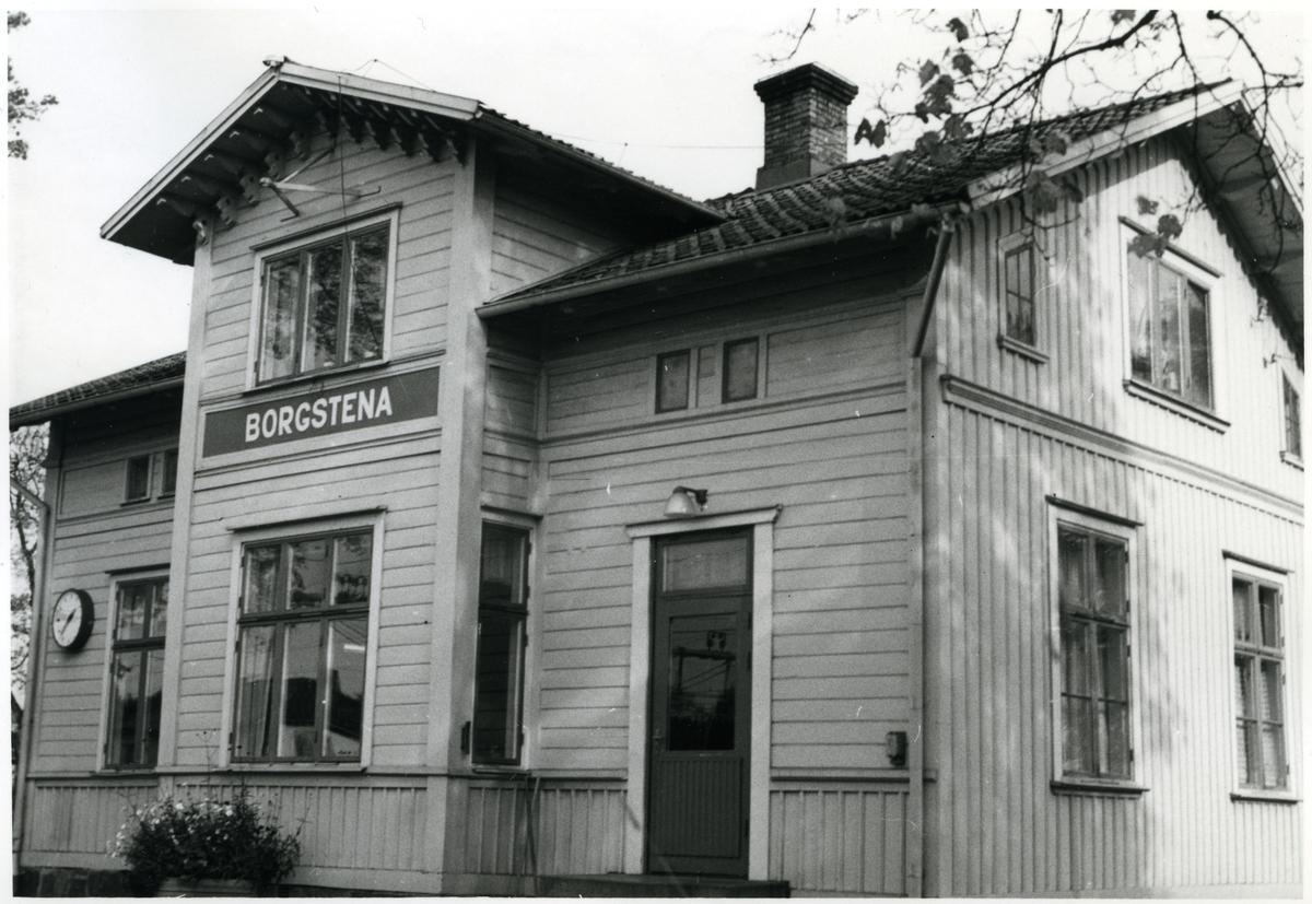 Stationen öppnad 1863. Tvåvånings stationshus i trä. Obemannad sedan 28 maj 1978. Stationshuset sålt som privatbostad. Det är nu ersatt av en enkel väntkur på plattformen.