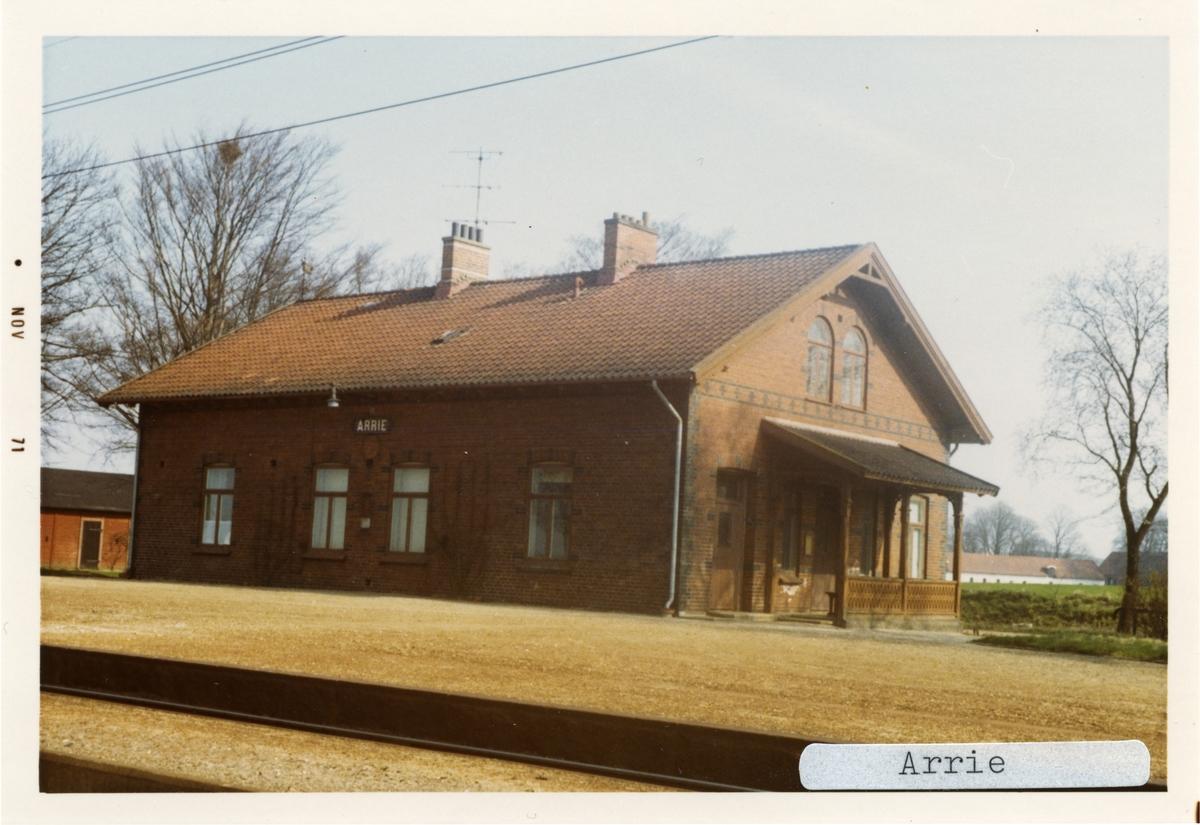 Arrie station 1971.Malmö - Ystad Järnväg, MYJ. Stationen öppnades 1898. Blev hållplats 1967 och nedlagd 1970. Banan elektrifierades 1933. Kvar som trafikteknisk station till 1971.