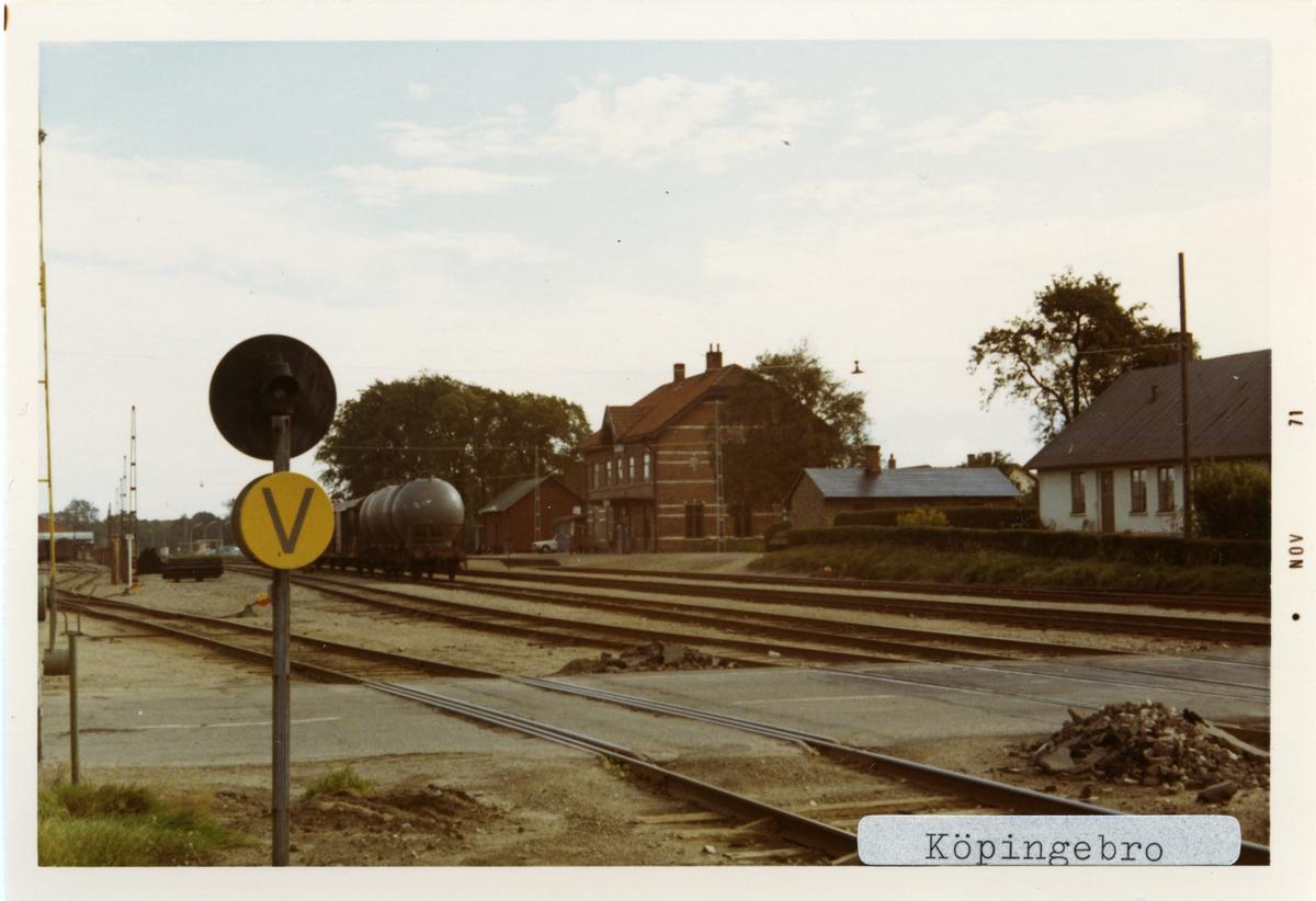 Köpingebro station 1971.Ystad - Eslövs Järnväg, YEJ. Första stationshuset byggdes 1865  men den revs och ett nytt byggdes 1896. Banan elektrifierades 1996.