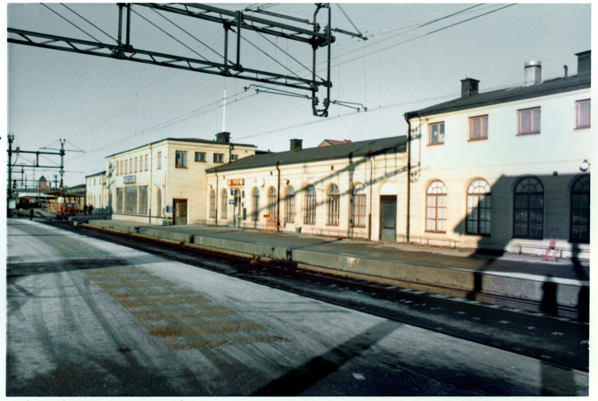 Större envånings stationshus i sten, tillbyggt två gånger .