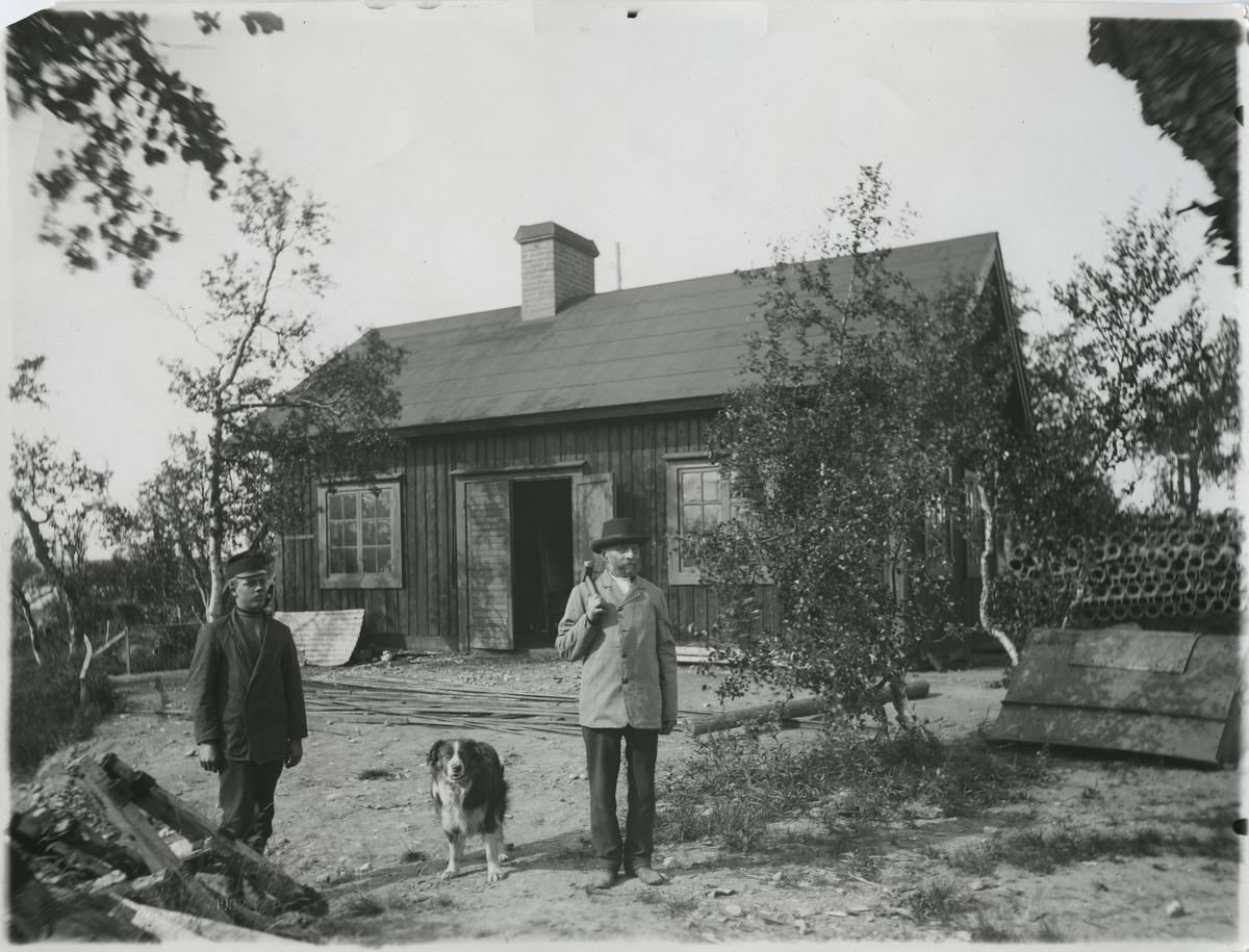 Den 80-årige smeden Lind utanför järnvägssmedjan vid Luossajärvi