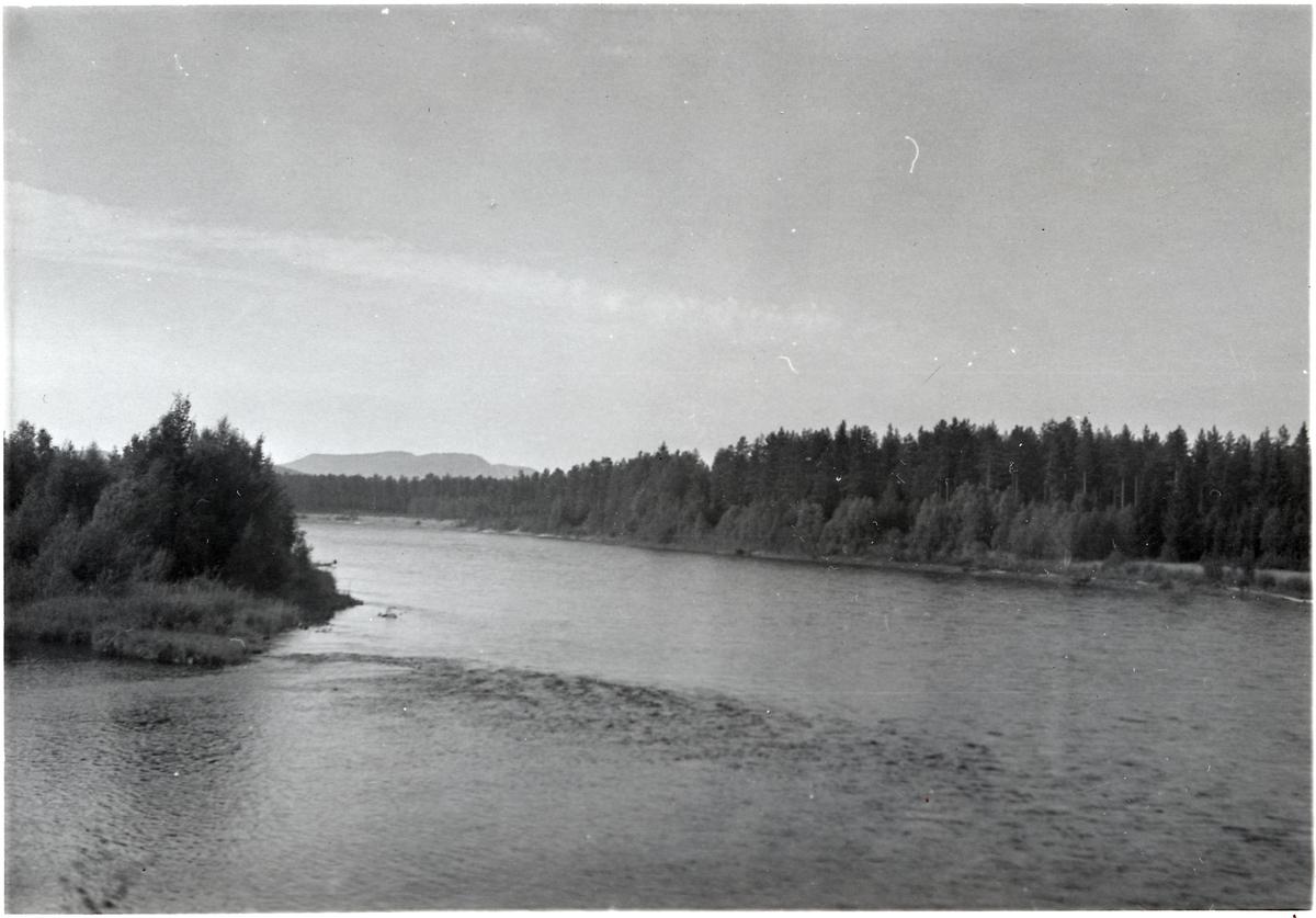 Vy över en sjö någonstans på sträckan Vansbro - Särna - Mora - Älvdalen.