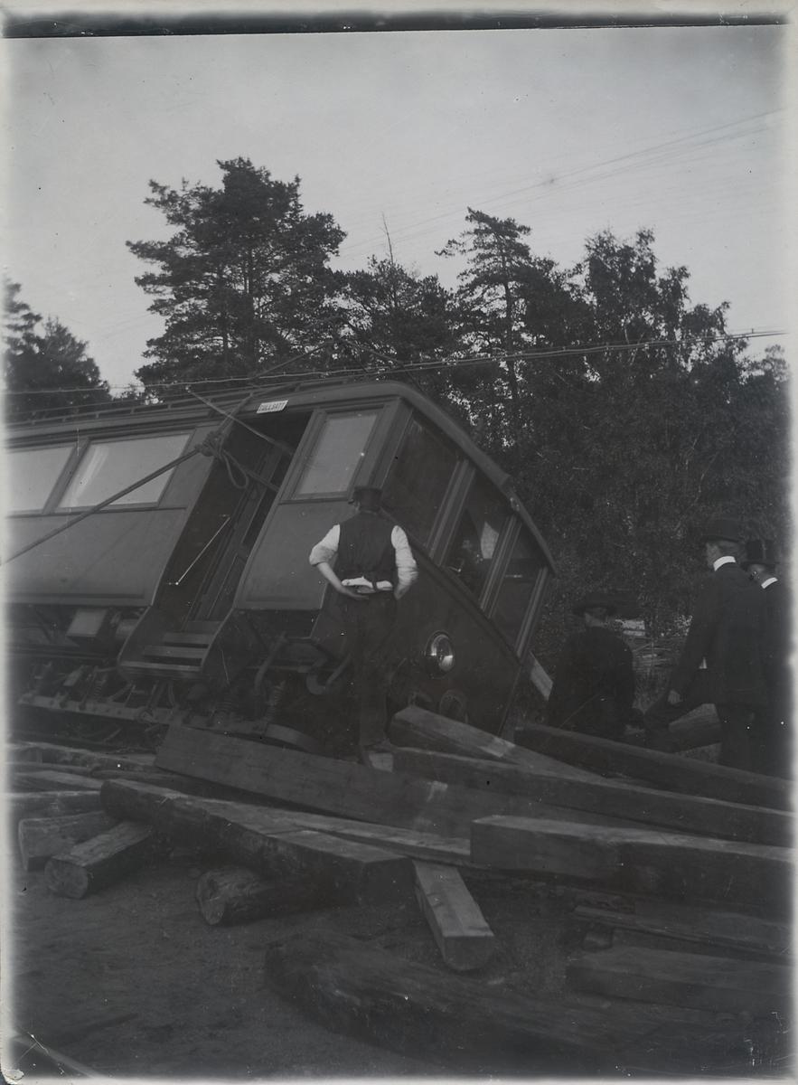 Stockholm - Rimbo Järnväg, SRJ motorvagn 11 urspårad vid Mörby efter att ha kört på en ko.