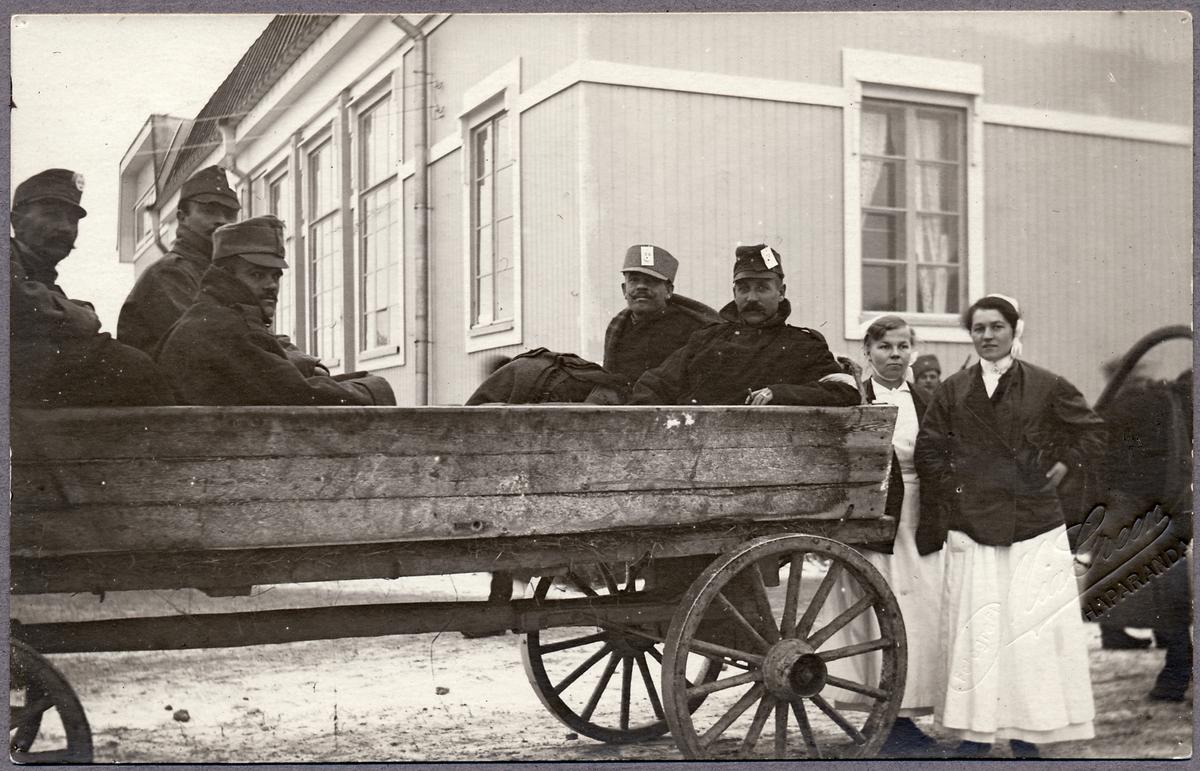 Skadade soldater transporteras genom Haparanda under Första världskriget.