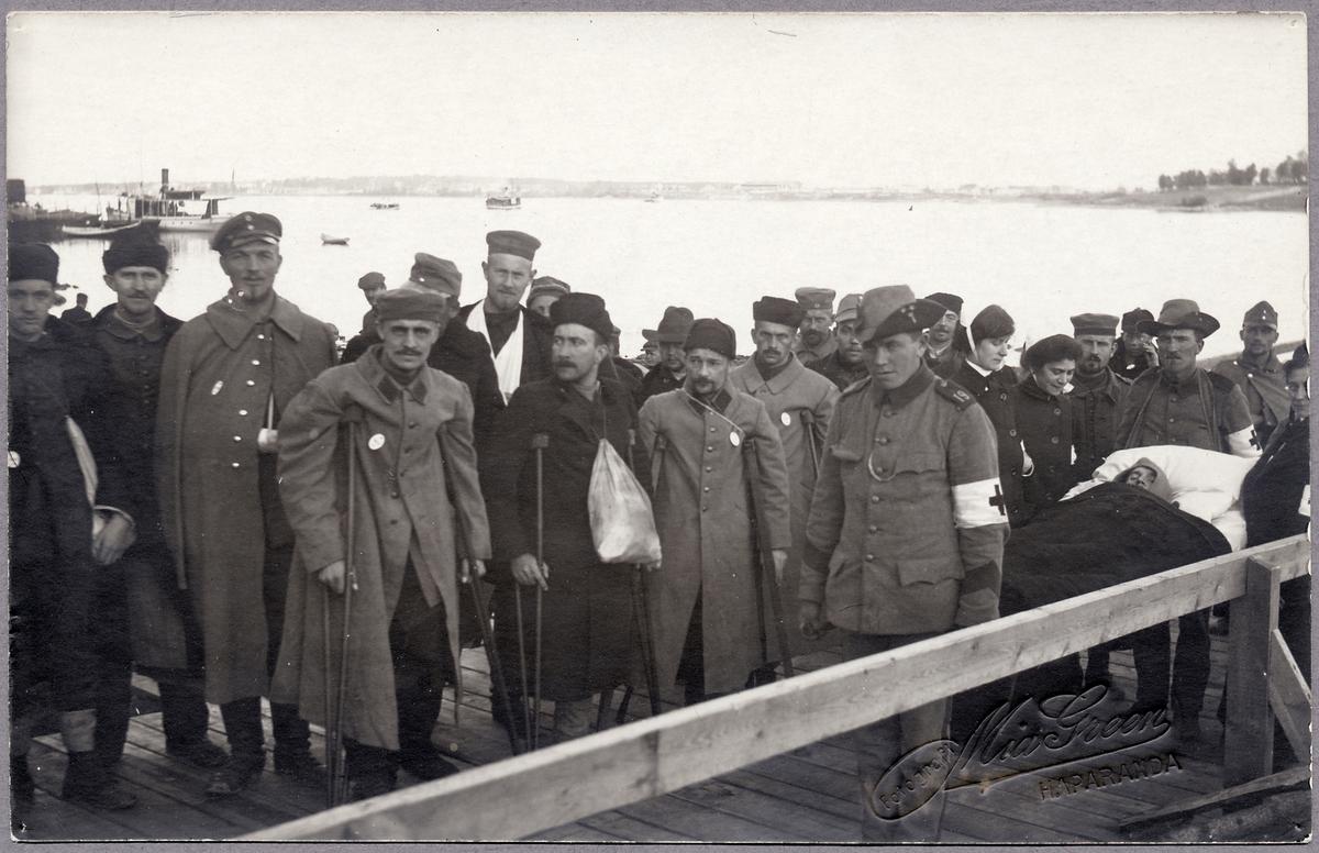 Skadade krigsfångar vid Haparanda skeppsbro under Första världskriget. Sedermera kom dessa att transporteras vidare från Haparanda till Trelleborg.