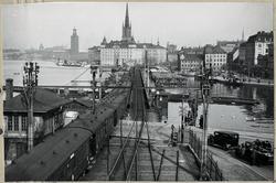 Tåg vid infarten till Mälarstrand. Ställverkshus till vänste