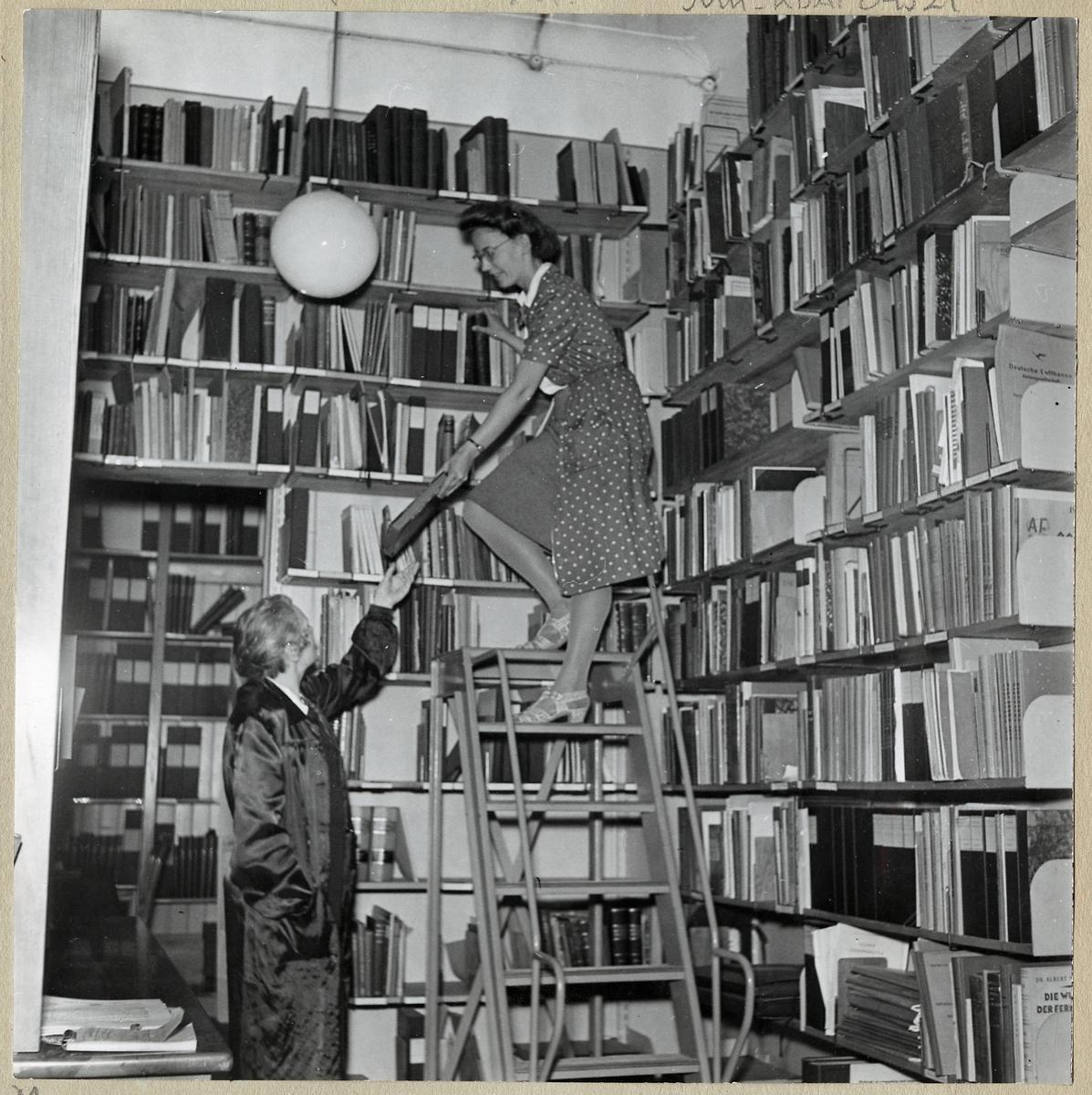 Bibliotekarierna A Egnell och Britt Johansson.