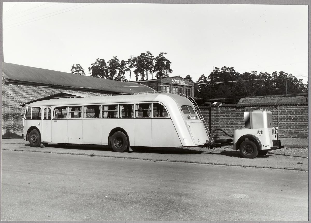 Statens Järnvägar, SJ Buss 455-D, SJ Gengasaggregat 6229 ståendes utanför Scania-Vabis fabrik i Södertälje.