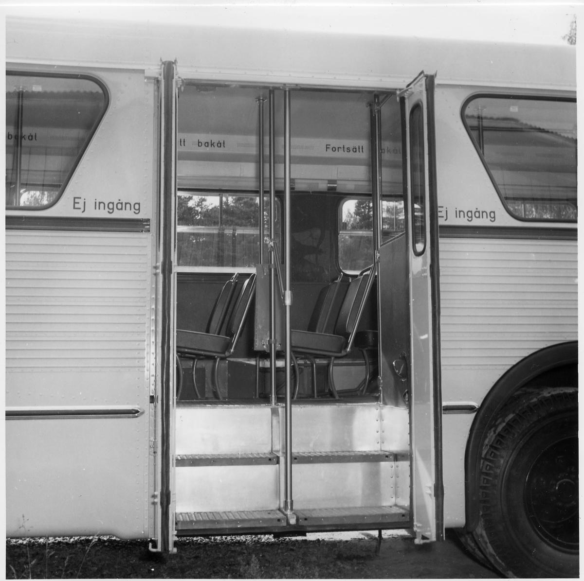 Avstigning från bussen sker genom dessa dörrar.