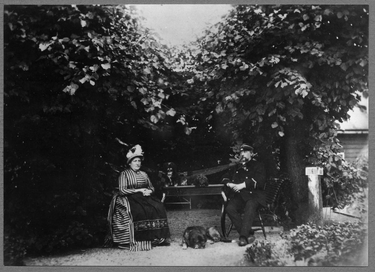 Stationsinspektor Carl Gustaf Hellström i sin trädgård vid Liljeholmen.
