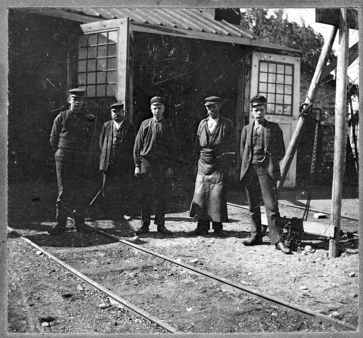 Personal utanför Dannemora Järnvägsverkstad.