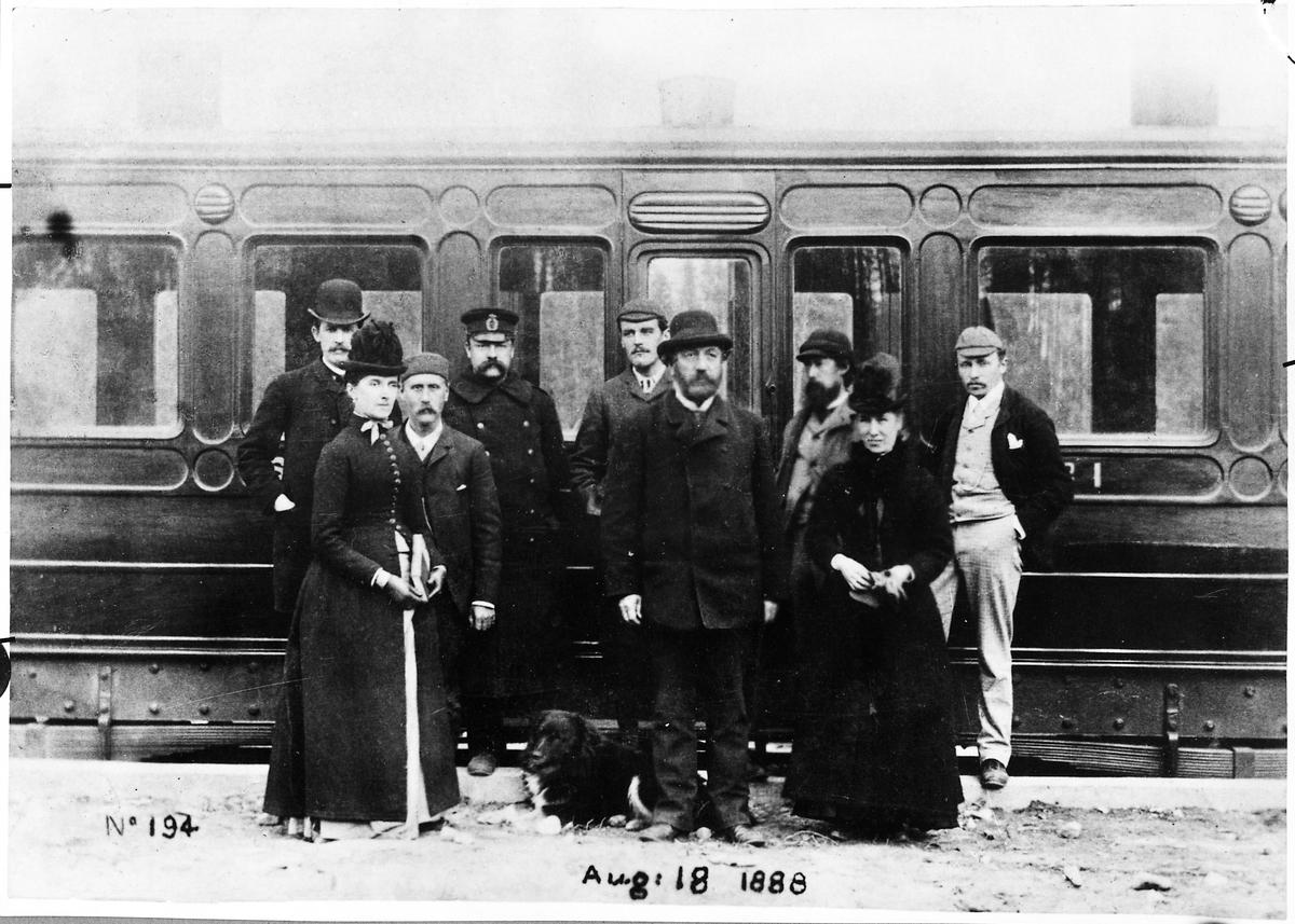 Tjänstemän med flera under engelsmännens tid vid salongsvagn i Sandträsk. Sverige & Norge Järnväg, S&NJ Personvagn 1.