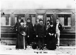 Tjänstemän med flera under engelsmännens tid vid salongsvagn