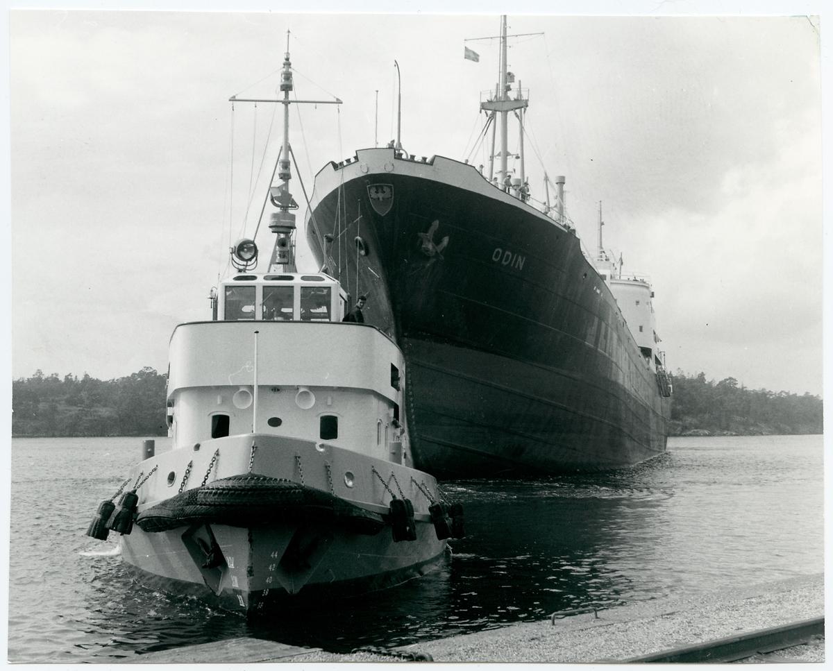 """Tyska malmfartyget Odin manövreras in till kaj av bogserbåten """"Isbjörn""""."""