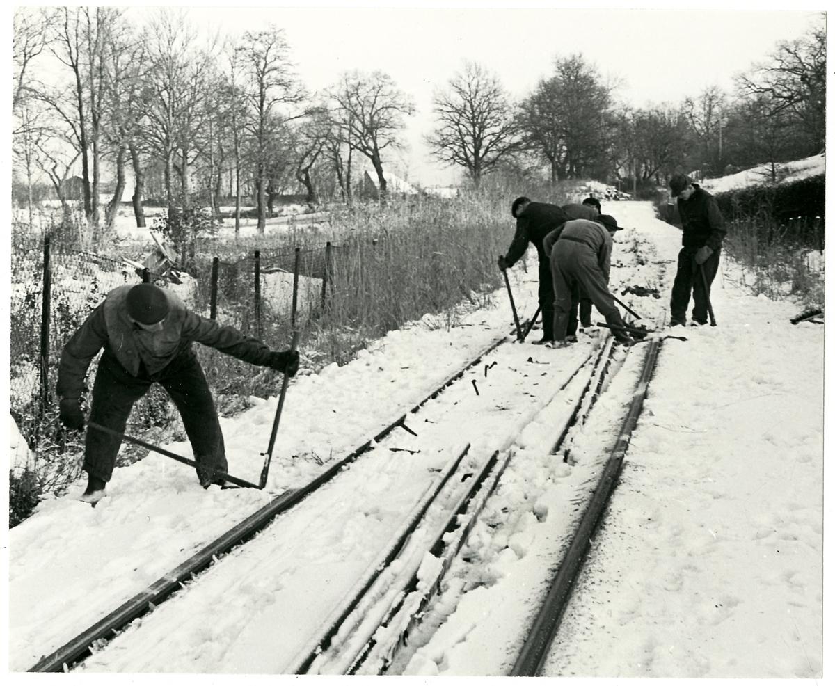 Banarbete vid smalspårsjärnväg.