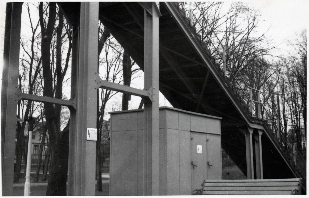 Reläkur under gångbro.