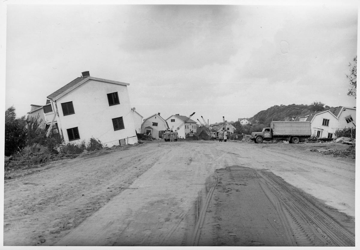 Efterdyningarna av jordskredet i Surte som inträffade den 29 september 1950. Pågående uppröjningsarbete.