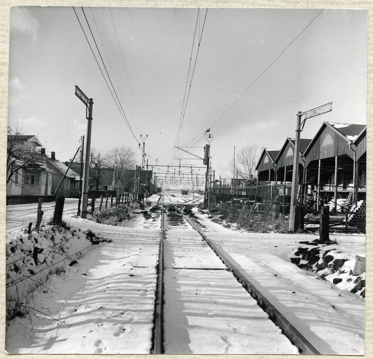 Järnvägsövergång öster om stationen.