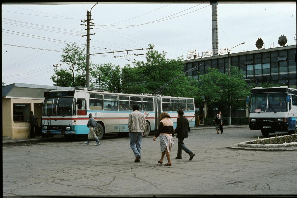 Trådbuss utanför fabrik i Cluj - Napoca, Romänien.