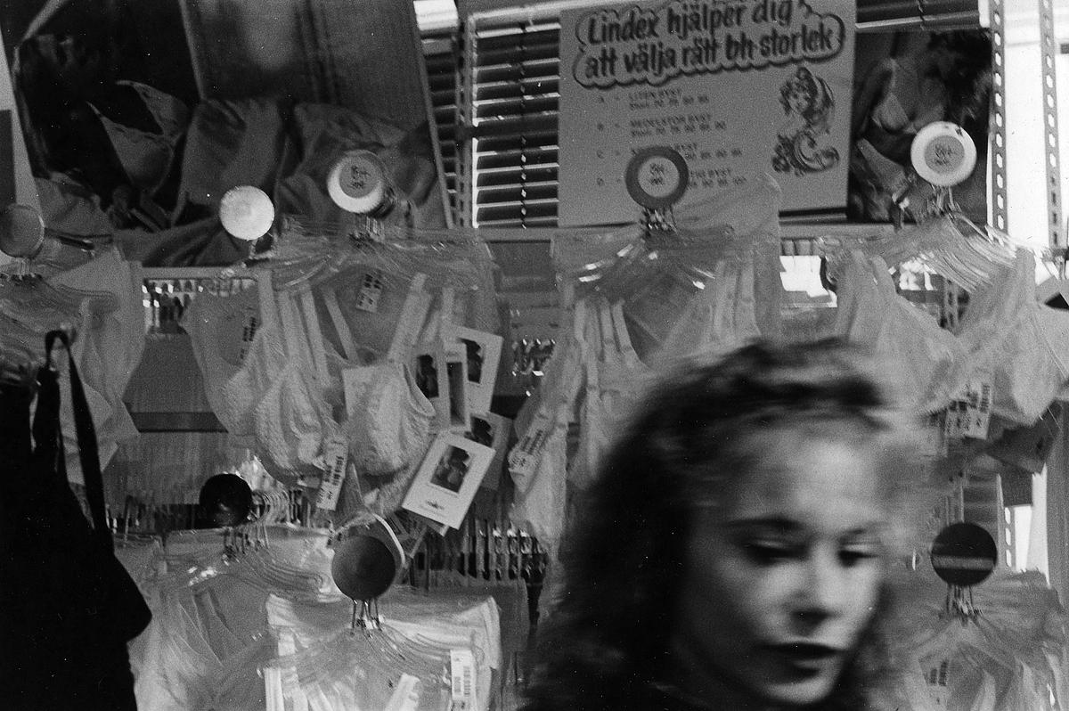 En dam vid underkläderna på damavdelningen på Lindex, Kungsgatan 32, kvarter Pärlan 7. I november 1990 flyttade butiken tillsammans med Gulins (senare Adelsten) in i Epas gamla varuhus i kvarter Storken 12.