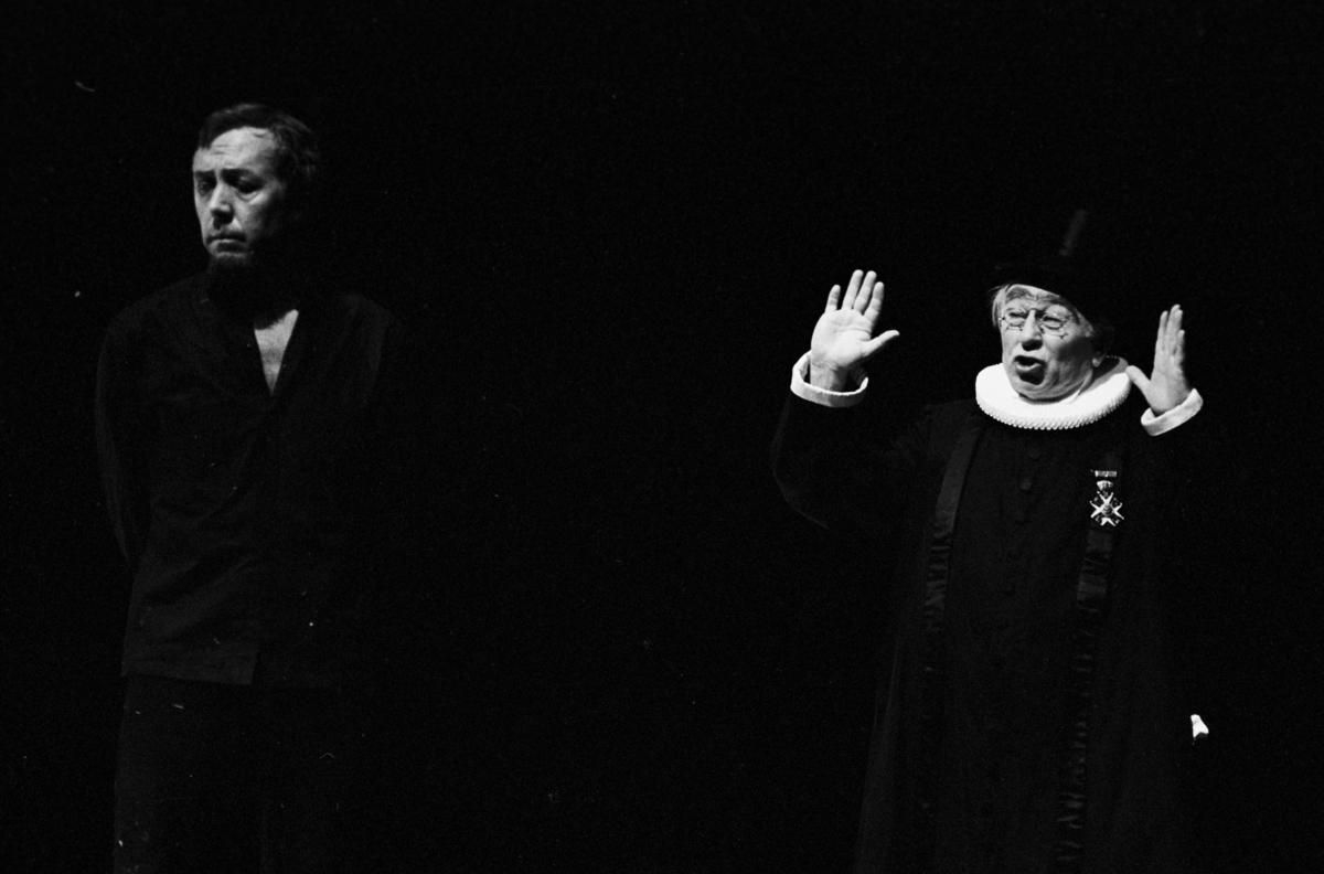 """Scene fra Nationaltheaterets oppsetning av Henrik Ibsens """"Brand"""". Forestillingen hadde premiere 10. juni 1978. Edith Roger hadde regi, Lubos Hruza scenografi og Per Lekang kostymer. Medvirkende var blant annet Per Theodor Haugen som Brand og Gunnar Olram som Prosten."""