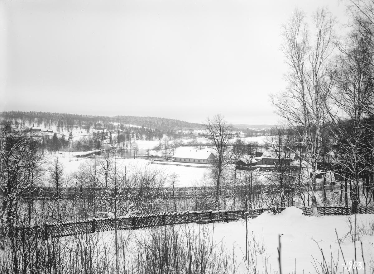 Vinterbild från Svartådalen vid Boxholm 1903. Vy från Carlsbergs trädgård. I bildens mitt ligger svinhuset till Carlsberg och till höger om det mejeriet (Boxholms osts tidigare byggnad som år 1940 blev tvättstuga). Till vänster, i bakgrunden, syns Mulebo gamla skola som ersattes av en större byggnad år 1912.