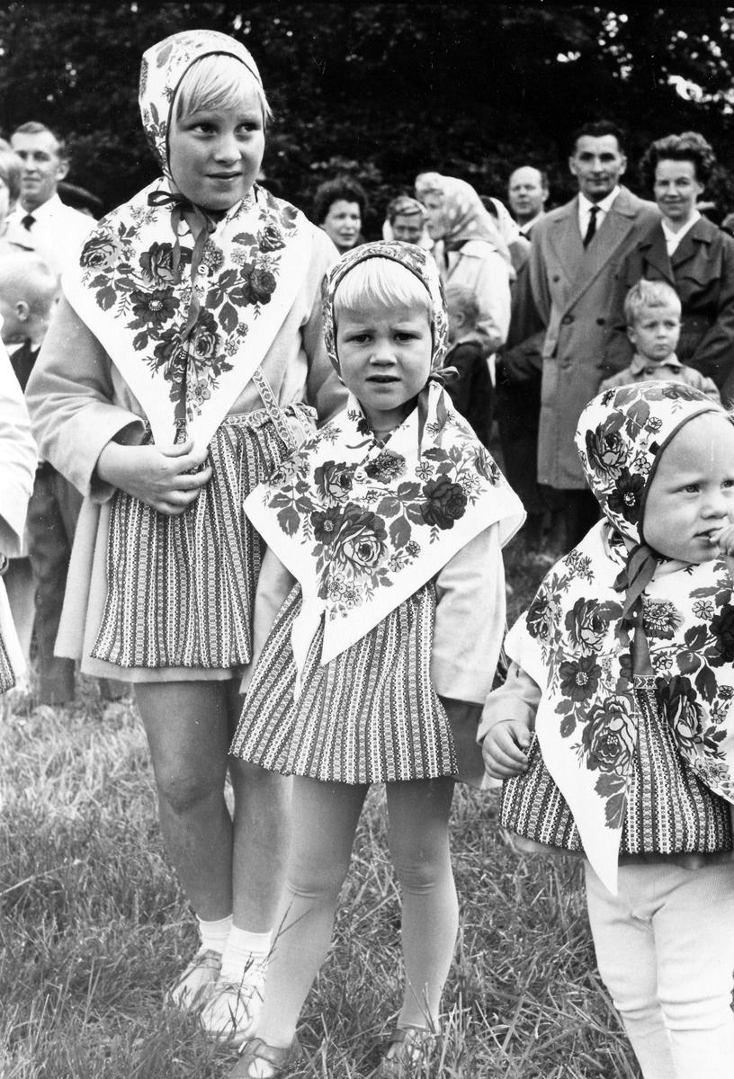 Barn uppklädda inför midsommarfirande i Plantaget 1960.