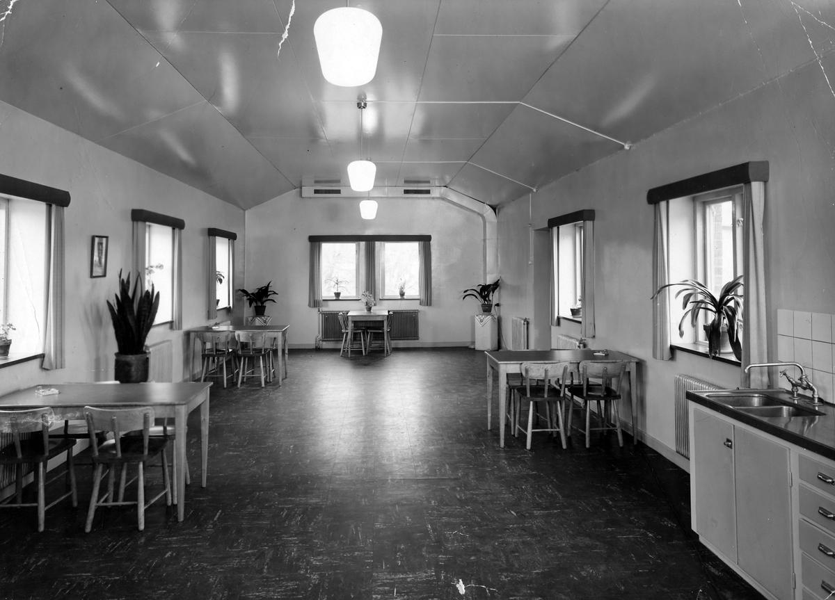 Bilden visar den nya matsalen på Alingsås Bryggeri med 4 bord, 6 fönster och en vaskavdelning på höger sida. Matsalen tillkom i och med att bryggeriet moderniserades i början av 1950-talet. Det var Eivor Bäcklunds make som, av ägaren Sten Möller, anställdes för att modernisera bryggeriet.