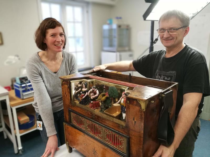 Orgelbygger Jann Magnar Fiskvik og materialkonservator Vera de Bruyn har god kjennskap til de innerste hemmelighetene til dreiepositivet .