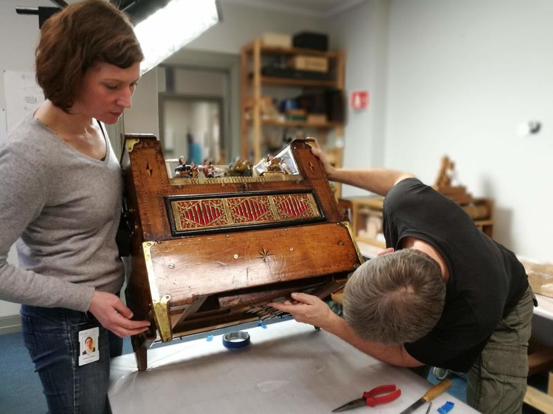 Å gjøre lirekassen spillbar krever grundig arbeid. Her fra konserveringsverkstedet på Ringve. (Foto/Photo)
