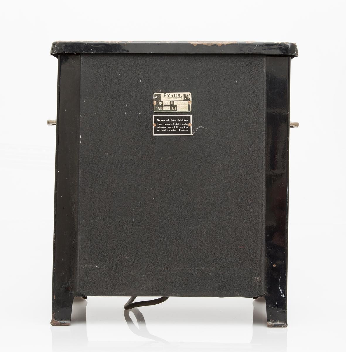 Elektrisk varmeovn i sortlakkert jern. Innvendig, mønstret støpejernsplate for effektiv varmemagasinering. Støpejernsplaten er dekorert med en edderkopp i nett og fangede insekter. I hvert hjørne av platen er det en sol. Bærehåndtak på sidene. Varmen reguleres på fremsiden, med tre innstillinger, 1-3. Produsert på Norle?