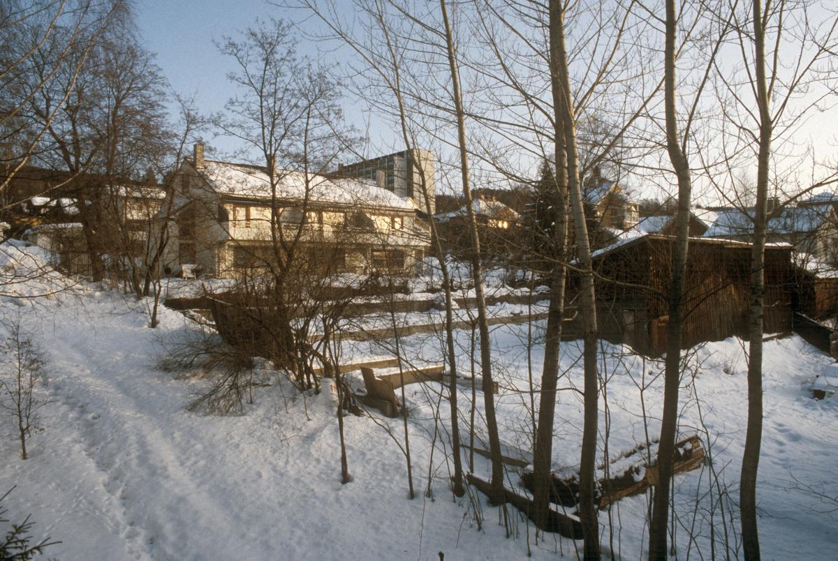 Lillehammer. Indre av kvartal. Bankgata 19 G, H og I i bakgrunnen. Bakgården med uthus til Storgata 33 i forgrunnen. Sett mot øst.