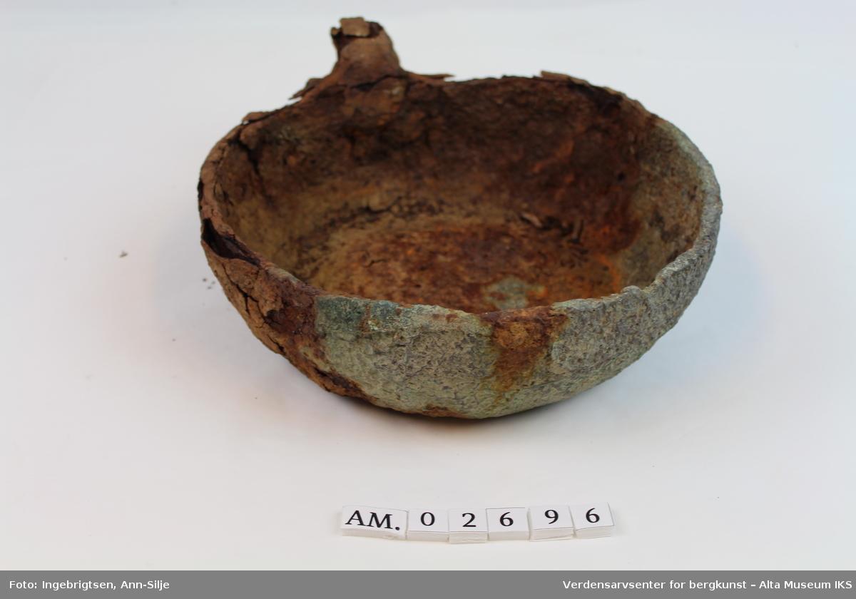 Form: Rund med omtrent flat bunn og begynnelsen av skaftet.