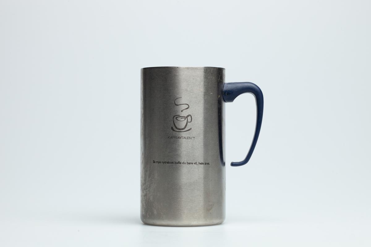 En Hydro Texaco kopp i grå metall med sort hank i hard plast. Uten lokk. På koppen er logo til YX Hydro Texaco og Friele (kaffe) og en tegning av en kaffekopp. Under hanken er en tegning av et glass og en gaffel.  Hydro Texaco koppen har eksistert siden 1997, også kalt Kaffeavtalen. Ved kjøp av koppen får bilisten gratis kaffe på alle YX Hydro Texaco stasjoner i landet, når bare vedkommende bruker koppen.   Samlet inn i forbindelse med MiAs prosjekt Bensinstasjoner i Akershus 2016-2018.