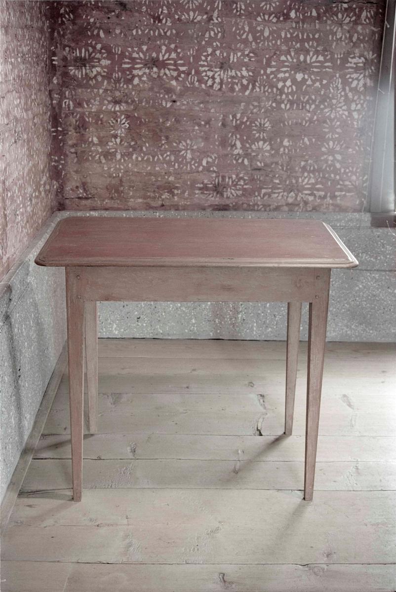 Bord av trä, s. k. bjuråkersbord. Raka ben, något utskjutande skiva med profilerad kant, 10 cm sarg. Rödlaserad.