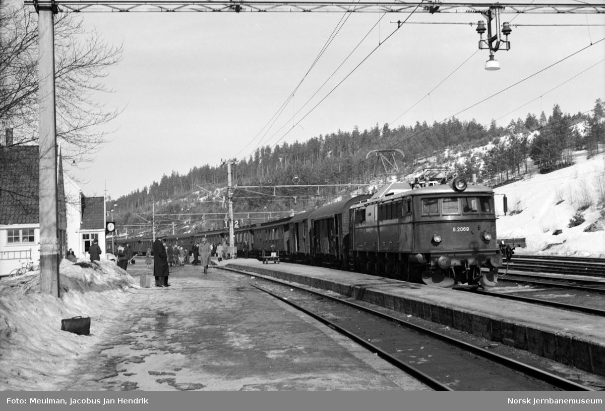 Elektrisk lokomotiv type El 8 nr. 2069 med ekstra persontog til Lunde på Nordagutu stasjon.