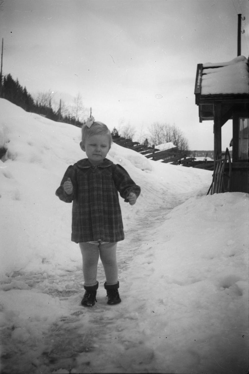 Portrett av liten jente ute i snøen