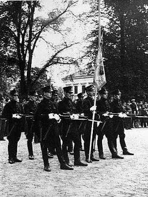 Jubileum 50 års, A 6. Standarvakten i Rådhusparken. Namn se notering.