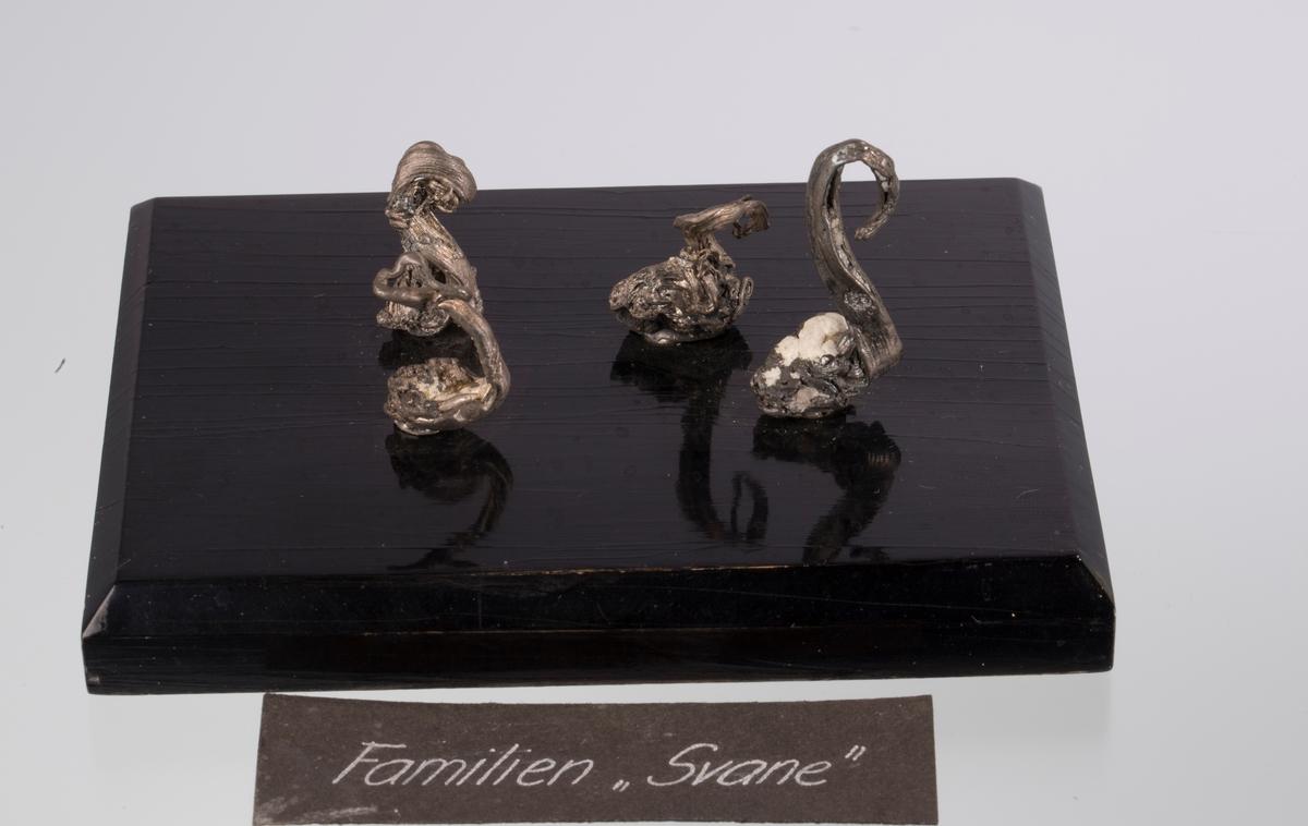 """""""Familien Svane"""", fire stuffer på svart plate BVM-M 3241-3244 på samme sokkel Vekt 131,95 g (med sokkel)"""