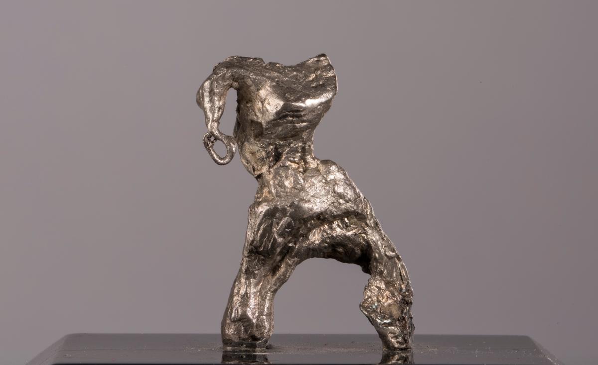 """""""Elefantbaby"""" på svart plate Vekt 26,14 (med sokkel) Størrelse: 3 x 2 x 0,9 cm"""