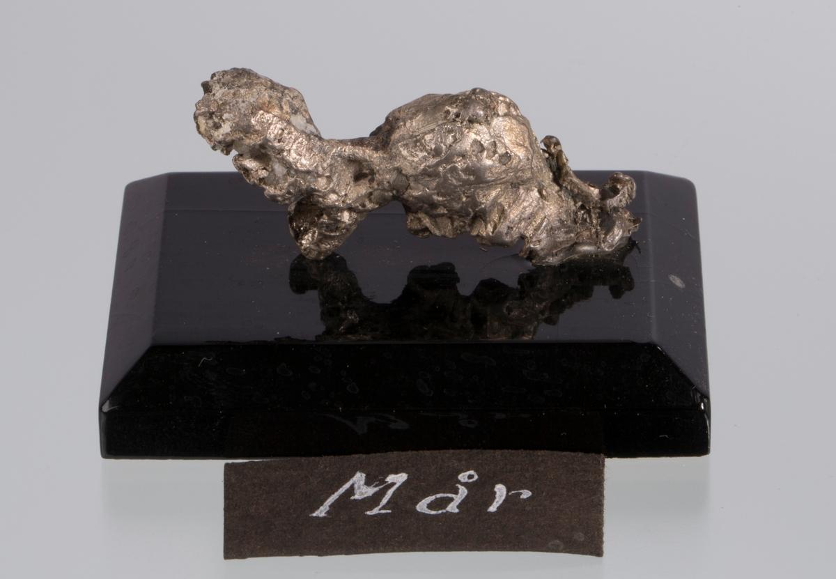 """""""Mår"""" på svart plate Vekt: 33,79 g (med sokkel) Størrelse: 4,5 x 1,8 x 1,1 cm"""